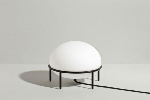 מנורת שולחן מעוצבת בהשראת כדור פורח