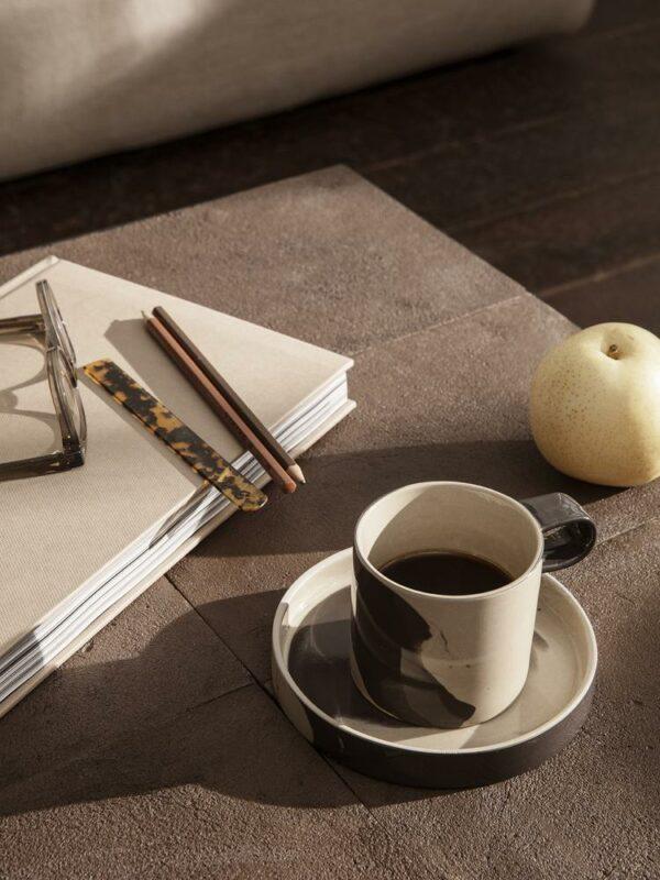 כוס וצלוחית עשויים קרמיקה